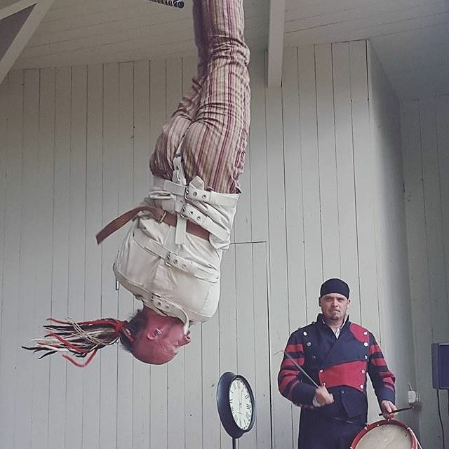 Arkadia hängande upp och ner medan Gaston sköter tidräkningen