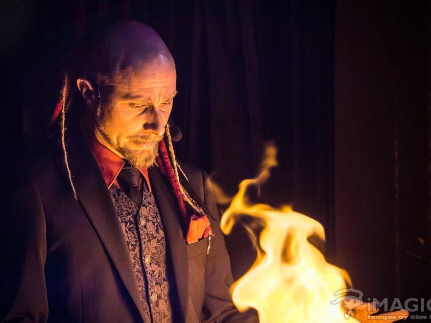 Arkadia trollar med eld. Foto: Olov Holtén